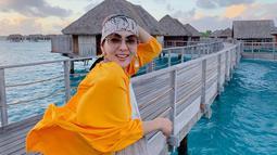 Dalam kesempatannya mengunjungi Bora Bora, Syahrini mengaku bahagia bisa liburan di sana. Pesona air laut yang indah membuat Syahrini tampak jelas bahagia. Di Bora Bora, Syahrini tampak mencolok dengan outer berwarna kuning ditemani hiasan kepala yang modis abis. (Liputan6.com/IG/@princessyahrini)