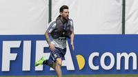 Bintang Argentina, Lionel Messi, berlari dengan beban saat latihan di Brinnitsy, Sabtu (23/6/2018). Argentina akan melakoni laga hidup mati Piala Dunia 2018 melawan Nigeria. (AFP/Juan Mabromata)