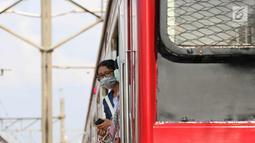 Penumpang berada di rel Kereta rel listrik (KRL) Jabodetabek rute Depok-Jatinegara yang mengalami anjlok di Stasiun Jatinegara, Jakarta Timur, Senin (30/10). Peristiwa itu berdampak keterlambatan perjalanan kereta lainnya. (Liputan6.com/Immanuel Antonius)
