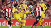 Pemain Barcelona,  Carles Alena mengontrol bola dari kawalan dua pemain Athletic Bilbao, Unai Lopez dan Iker Muniain selama pertandingan perdana La Liga Spanyol di Stadion San Mames, Sabtu (17/8/2019). Bilbao menang tipis atas Barcelona dengan skor 1-0. (AP Photo/Ion Alcoba Beitia)
