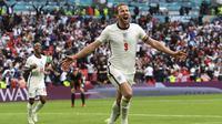 Pertandingan berjalan sengit dan seimbang. Inggris baru mencetak gol pertama di menit ke-75 lewat aksi Raheem Sterling dan Harry Kane menggandakannya di menit ke-86. Hasil ini mengantar Inggris ke babak perempat final. (Foto: AP/Pool/Andy Rain)