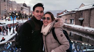 Pasangan selebriti yang juga presenter top tanah air, Darius Sinathrya dan Donna Agnesia kini sedang menikmati liburan keluarga di Jepang. Momen ini menjadi liburan seru karena liburan ini juga jadi perayaan hari jadi pernikahan mereka. (Liputan6.com/IG/@darius_sinathrya)