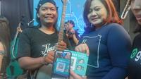 Gopay memfasilitasi musisi jalanan di Yogyakarta dengan kode QR untuk mempermudah pembayaran dan apresiasi. (Liputan6.com/ Switzy Sabandar)