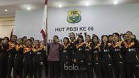 Ketua Umum PBSI, Wiranto, foto bersama tim Indonesia untuk Piala Sudirman saat seremoni pelepasan tim di Kantor PBSI Cipayung, Jakarta, Sabtu (6/5/2017). (Bola.com/Vitalis Yogi Trisna)
