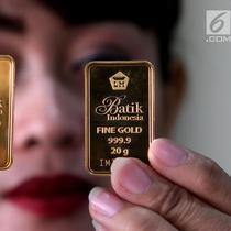 Petugas menunjukkan emas batangan di gerai Butik Emas Antam di Jakarta, Jumat (5/10). Harga emas PT Aneka Tambang Tbk atau Antam naik Rp 1.000 menjadi Rp 666 ribu per gram pada perdagangan hari ini. (Liputan6.com/Angga Yuniar)