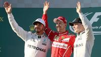 Pembalap Mercedes, Lewis Hamilton, pembalap Ferrari, Sebastian Vettel dan pembalap Mercedes, Valtteri Bottas melambaikan tangan ke arah penggemar di atas podium balapan GP Australia di Sirkuit Albert Park, Melbourne, Minggu (26/3). (AP Photo/Rick Rycroft)