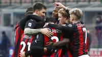 Para pemain AC Milan merayakan gol ke gawang Torino pada laga Liga Italia di Stadion San Siro, Sabtu (9/1/2021). AC Milan menang dengan skor 2-0. (AP Photo/Antonio Calanni)
