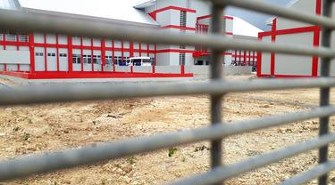 Pagar besi berkawat beraliran listrik tegangan tinggi mengelilingi kompleks Lapas 'High Risk' Karanganyar, Nusakambangan. (Foto: Liputan6.com/Muhamad Ridlo)