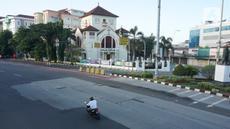 Suasana Jalan Matraman Raya yang sepi dari aktivitas ibadah salat id di Jakarta, Minggu (24/5/2020). Adanya pandemi Covid-19 menyebabkan kegiatan salat id 1441 H di lokasi tersebut ditiadakan. (Liputan6.com/Immanuel Antonius)