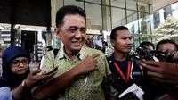 Komisaris Utama PT PLN, Chandra M Hamzah menjawab pertanyaan wartawan di KPK, Jakarta, Rabu (24/12/2014). (Liputan6.com/Miftahul Hayat)