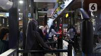 Sejumlah penumpang memasuki bus Transjakarta di sebuah halte kawasan Sudirman, Jakarta, Kamis (21/10/2021). PT Transportasi Jakarta (Transjakarta) mulai memberlakukan kapasitas angkut pelanggan sebesar 100 persen mulai hari ini. (Liputan6.com/Herman Zakharia)