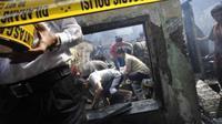 Ilustrasi: Petugas memasang garis polisi di lokasi kebakaran (Antara Foto)