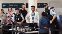 Petugas keamanan memperketat keamanan bandara di Sydney pada 31 Juli 2017 (WILLIAM WEST / AFP)