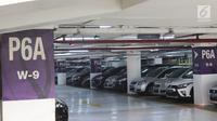 Sejumlah mobil parkir di pusat perbelanjaan Jakarta, Jumat (11/8). Untuk mengerem pemakaian kendaraan pribadi, Pemprov DKI berencana menaikkan tarif parkir mobil hingga Rp50 ribu untuk sekali parkir pada tahun ini. (Liputan6.com/Immanuel Antonius)