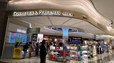 Simak asyiknya berbelanja di toko kosmetik Bandara Changi. (Syifa Ismalia/Bintang.com)