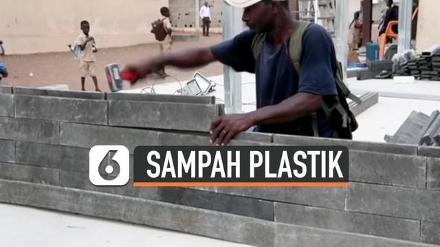 Sebuah LSM Kolombia membuat batu bata yang dari sampah plastik daur ulang. Batu bata tersebut digunakan untuk membuat sekolah di Abidjan, Pantai Gading.
