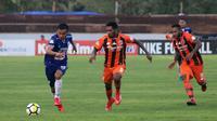 Striker PSIS, Komarudin (kiri), ditempel para pemain Perseru Serui. (Bola.com/Vincentius Atmaja)