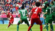 Bayern Muenchen secara mengejutkan tumbang di tangan Augsburg dalam laga pekan ke-32 Bundesliga Jerman. Bermain di Allianz Arena, Sabtu (9/5/2015) malam WIB, The Bavarians takluk dengan skor 0-1 atas Augsburg.