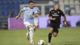 Pemain SPAL Marco D'Alessandro (kiri) menggiring bola saat menghadapi AC Milan pada pertandingan Serie A di Stadion Paolo Mazza, Ferrara, Italia, Rabu (1/7/2020). Pertandingan berakhir dengan skor 2-2. (Filippo Rubin/LaPresse via AP)