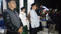 Bupati Rudy Gunawan menyambut kepulangan jemaah haji asal Garut, Jawa Barat. (Liputan6.com/Jayadi Supriadin)