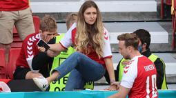 Melihat kondisi suaminya kolaps di tengah lapangan, Sabrina Kvsit Jensen yang terlihat panik berusaha masuk kedalam lapangan untuk bisa melihat situasi yang lebih jelas. (Foto: AFP/Pool/Wolfgang Rattay)