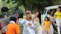 Salah satu adegan di video klip singel kedua Regina yang berjudul 'Dibawa Happy Aja', Jakarta, Kamis (14/7). (Liputan6.com/Herman Zakharia)