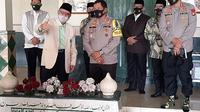 Kapolda Metro Jaya, Irjen Pol Nana Sudjana meninjau pelaksanaan rapid test Covid-19 massal di Pondok Pesantren (Ponpes) At-Taqwa Pusat di Ujung Harapan, Babelan, Kabupaten Bekasi, Jawa Barat, Selasa (4/8/2020). (Liputan6/Bam Sinulingga)