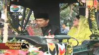 Di kirab Kahiyang Ayu-Bobby Nasution, Presiden Jokowi membagi-bagikan kaus saat berada di kereta pada Minggu (26/11/2017) di Medan. (Dokumen Istimewa/Indosiar)