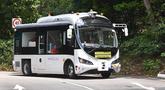 Bus tanpa pengemudi melaju selama uji coba publik di kawasan wisata Pulau Sentosa, Singapura pada 20 Agustus 2019. Singapura akan mulai uji coba bus tanpa sopir (otonom/bergerak sendiri tanpa pengemudi) yang bisa dipesan lewat aplikasi pada 26 Agustus - 15 November 2019. (Roslan RAHMAN/AFP)