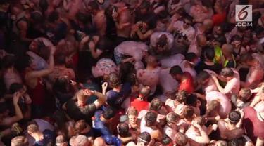 Ribuan orang rela basah kuyup saat mengikuti festival 'La Tomatina' yang berlangsung di Spanyol.