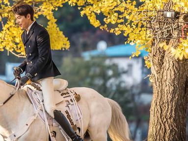 Gaya Lee Min Ho satu ini dianggap netizen seperti pangeran berkuda. Ia terlihat tampil menawan saat menaiki kuda putih. (Liputan6.com/IG/@anstagram_._)
