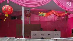 Warga mencoblos di TPS 08 Petak Sembilan, Glodok, Jakarta, Rabu (17/4). TPS 08 Petak Sembilan mengambil tema budaya Tionghoa untuk menarik minat pemilih dan menekan angka golput. (Liputan6.com/Faizal Fanani)