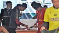 Pemain Arema FC menikmati takjil pada latihan perdana di bulan Ramadan di Lapangan Ketawang, Kabupaten Malang, Senin (19/4/2021). (Bola.com/Iwan Setiawan)