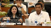 Menko Polhukam Wiranto dan Menko PMK Puan Maharani mengikuti rapat kerja bersama Badan Anggaran DPR di Kompleks Parlemen, Jakarta, Rabu (14/9). Empat menko berkumpul membahas anggaran masing-masing Kementerian dalam RAPBN 2017. (Liputan6.com/Johan Tallo)