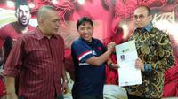 Wakil Sekjen Partai Gerindra, Andre Rosiade menyerahkan formulir pendaftaran sebagai calon Exco PSSI. (LIputan6.com/Cakrayuri Nuralam)