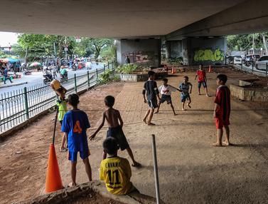 Sepak Bola di Kolong Tol Jembatan