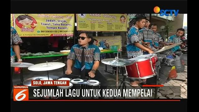 Meriahkan hari pernikahan Kahiyang-Bobby, Relawan Jokowi hibur warga dengan pertunjukan musik. Seperti apa?