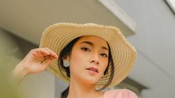 Perempuan 30 April 1995 semakin terlihat menawan saat memakai topi. Aura kecantikannya begitu terpancar dengan pose memandang tajam ke kamera. Foto ini pun banjir pujian netizen yang menyebut Dinda begitu cantik. (Liputan6.com/IG/@dindakirana.s)