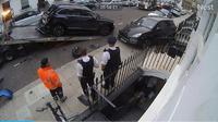 Seorang pengendara menyebabkan kekacauan di Chelsea, London, Inggris, setelah kehilangan kendali atas mobilnya dan menabrak deretan mobil yang tengah terparkir di pinggir jalan (Autoevolution)