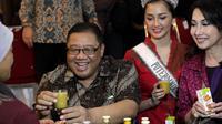 Menteri Koperasi dan UKM AAGN Puspayoga  membudayakan minum jamu karena jamu produk unggulan asli Indonesia meningkatkan ekonomi kerakyatan, Jakarta, Jumat (9/1/2015). (Liputan6.com/Faizal Fanani)