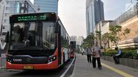 Bus Transjakarta melintas di dekat halte MRT Dukuh Atas, Jakarta, Rabu (12/6/2019). PT Transjakarta mencatat adanya peningkatan penumpang setelah Moda Raya Terpadu (MRT) beroperasi. (merdeka.com/Iqbal S. Nugroho)