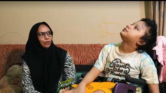 Nafiah Murhayanti bersama putrinya Keynan (11) yang mengidap cerebral palsy (Istimewa).