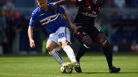 Gelandang Sampdoria, Gaston Ramirez (kiri) berebut bola dengan pemain AC Milan, Franck Kessie, pada laga lanjutan Serie A, di Stadion Luigi Ferraris, Minggu (24/9/2017). (AFP/Filippo Monteforte).