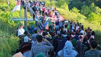 Para pendaki puncak Kebut Pegunungan Gorontalo (KPG) Kecamatan Tilongkabila, Kabupaten Bone Bolango, Gorontalo, menggelar upacara bendera memperingati HUT RI ke-74, Sabtu (17/8/2019) pagi tadi. (Liputan6.com/Arfandi Ibrahim)