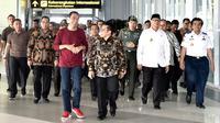 Presiden Jokowi berbincang dengan Ketum PKB, Muhaimin Iskandar saat menghadiri peresmian Stasiun Bandara Soekarno-Hatta (2/1). Jokowi terlihat mengenakan kaus lengan panjang warna merah dan sepatu olahraga. (Liputan6.com/Pool/Biro Pers Kepresidenan)