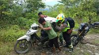 Perjuangan berat Polisi di Sulsel kawal pengiriman logistik Pemilu 2019 ke daerah pelosok di Kabupaten Luwu Timur (Lutim) (Liputan6.com/ Eka Hakim)