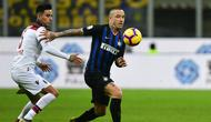 Aksi radja Nainggolan melewati pemain Bologna pada lanjutan Serie A yang berlangsung di stadion Giuseppe Meazza, Milan, Minggu (3/2). Inter Milan kalah 0-1 kontra Bologna. (AFP/Miguel Medina)