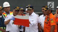 Menteri Perhubungan, Budi Karya Sumadi (tengah) melihat serpihan pesawat Lion Air JT 610 di Pelabuhan JICT 2, Jakarta, Selasa (30/10). Sejumlah barang ditemukan petugas dalam operasi pencarian. (Liputan6.com/Helmi Fithriansyah)