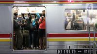 Penumpang KRL tujuan Bogor menanti pemberangkatan di Stasiun Manggarai, Jakarta, Senin (13/4/2020). Seiring dengan pemberlakuan PSBB di DKI, PT KCI membatasi operasional KRL dari pukul 06.00 WIB hingga 18.00 WIB dengan jumlah penumpang 60 orang di setiap gerbongnya. (Liputan6.com/Helmi Fithriansyah)