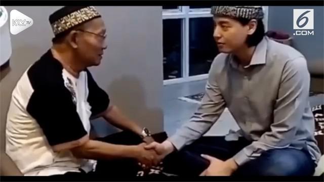 Beredar video di media sosial, Roger Danuarta mengucapkan dua kalimat syahadat, tanda memeluk agama Islam.
